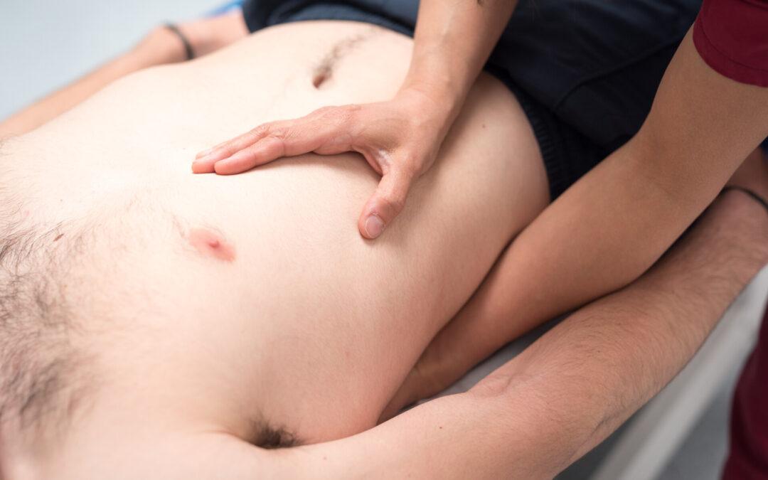 Applicazione del trattamento osteopatico su un paziente con dolore toracico persistente
